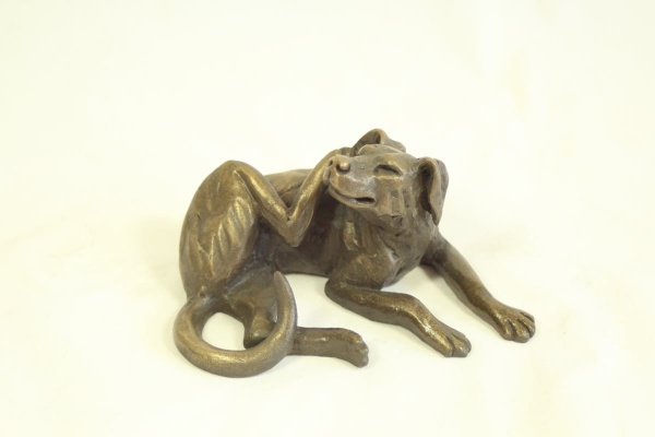 bronze resin Dog lying scratching 12 x 6 cm