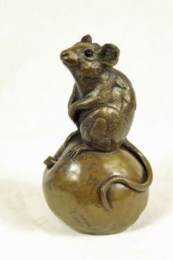 bronze resin Mouse on apple, large - MOU-004